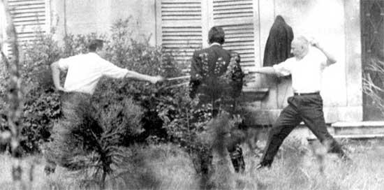 René Ribière (à gauche), Jean de Lipkowski (de dos) et Gaston Defferre (à droite), 1967